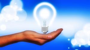 hand lightbulb